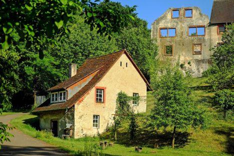 chateau ruine et dependance